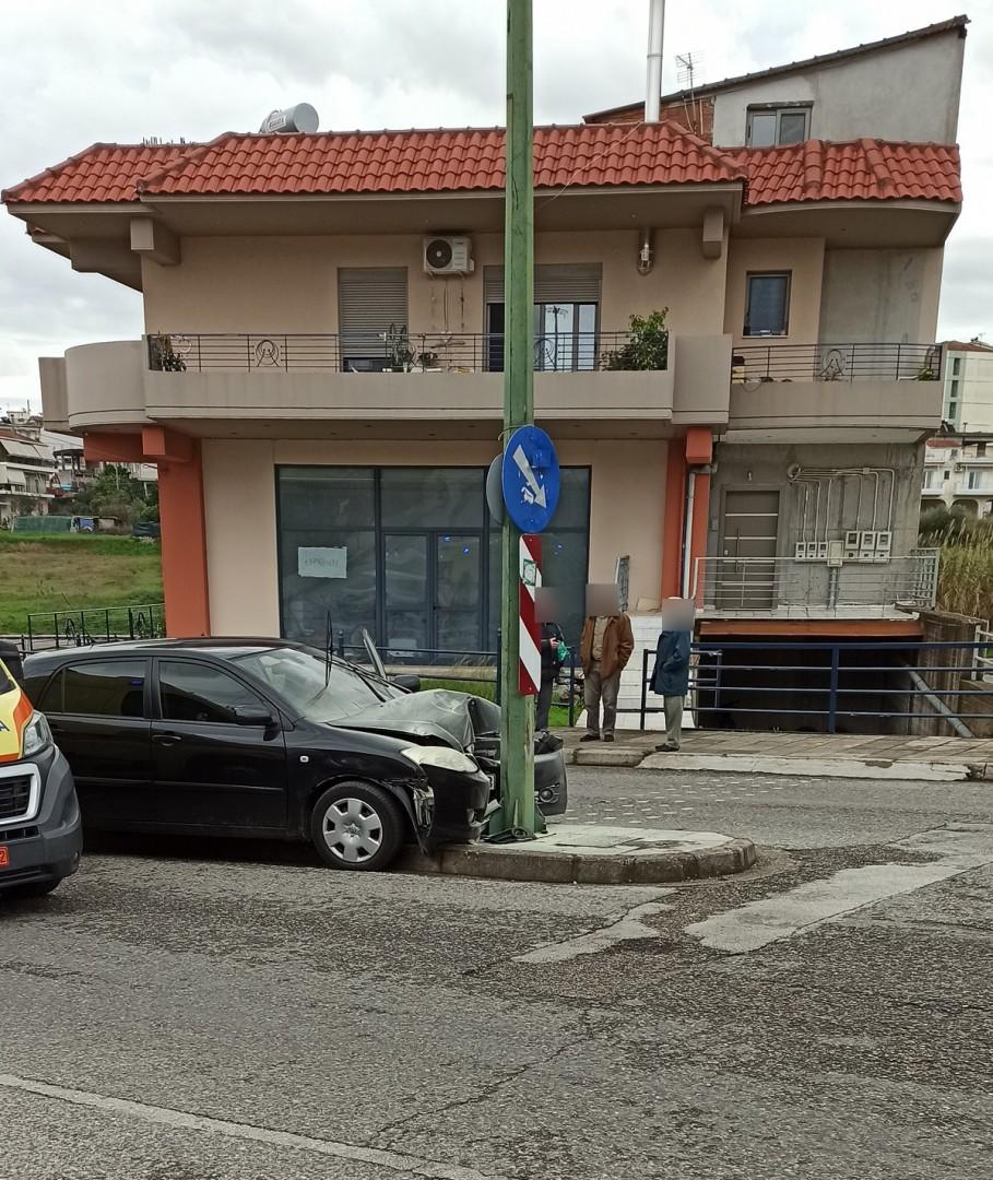 Αγρίνιο: Στο νοσοκομείο οδηγός αυτοκινήτου που «καρφώθηκε» σε κολόνα (φωτο)