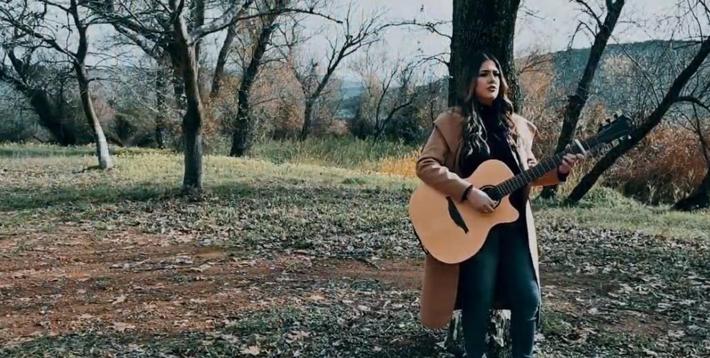 «Ξεθωριάζεις»: η Αγρινιώτισσα Κλεοπάτρα Στούμπου παρουσιάζει το πρώτο της τραγούδι