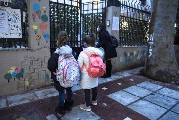 Στην τάξη με κουβέρτα μαθητές σε σχολείο στη Χαλάστρα Θεσσαλονίκης