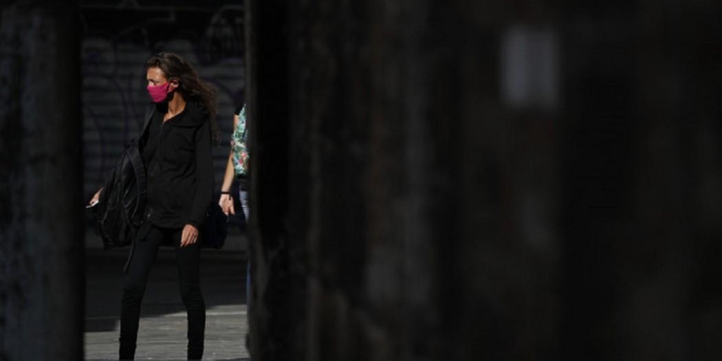 O Guardian απορεί πώς οι Ελληνες που έχουν μια λέξη για όλα… σκοτώνουν τα ελληνικά με αγγλικούς όρους
