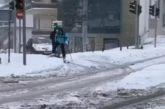 Κοζάνη: Ο υδράργυρος έδειξε -20 βαθμούς Κελσίου κι αυτός έκανε… σκι στη μέση του δρόμου