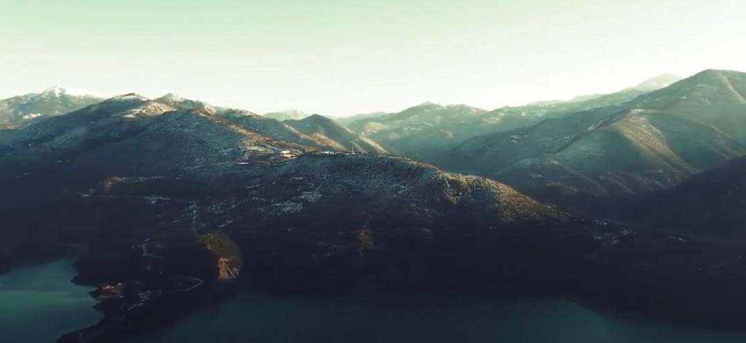 Βίντεο: εντυπωσιακό σε λευκό φόντο το τοπίο στη λίμνη Κρεμαστών