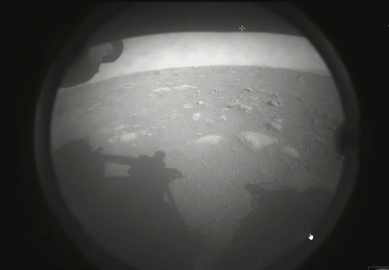 Ιστορική στιγμή: Το ρόβερ της NASA προσεδαφίστηκε στον Άρη -Η πρώτη εικόνα που έστειλε