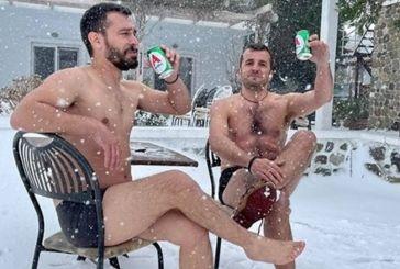 Κακοκαιρία – Σαμοθράκη: Με τα… μαγιό τους και παγωμένες μπύρες υποδέχτηκαν τη «Μήδεια»