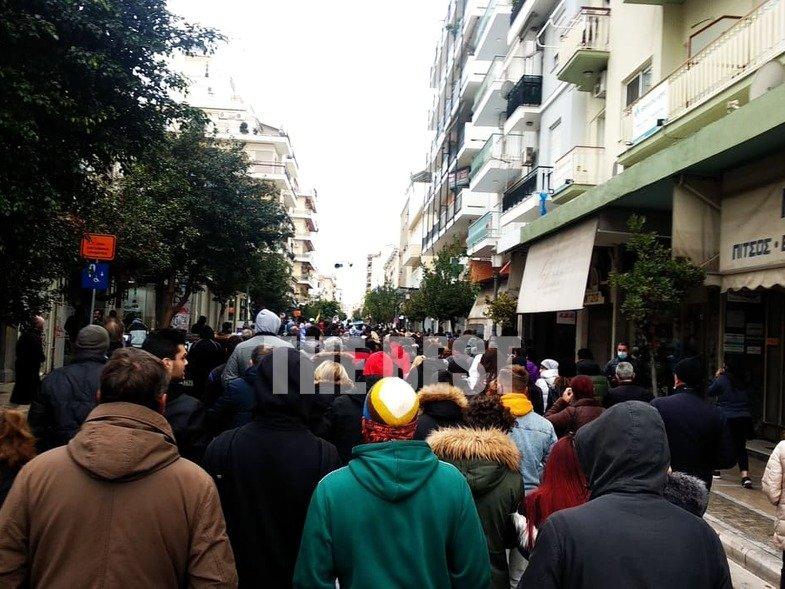 Πάτρα: Συλλαλητήριο ενάντια στα lockdown με εθνικό ύμνο και σημαίες