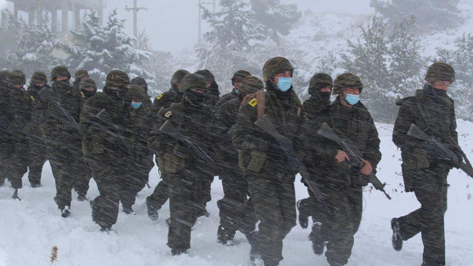 Εντυπωσιακές εικόνες από χειμερινή στρατιωτική εκπαίδευση Ευέλπιδων και Υπαξιωματικών (βίντεο)