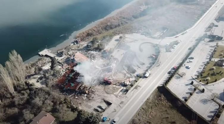 Καστοριά: Εντυπωσιακό βίντεο από drone με το εμβληματικό ξενοδοχείο που ισοπεδώθηκε από την έκρηξη