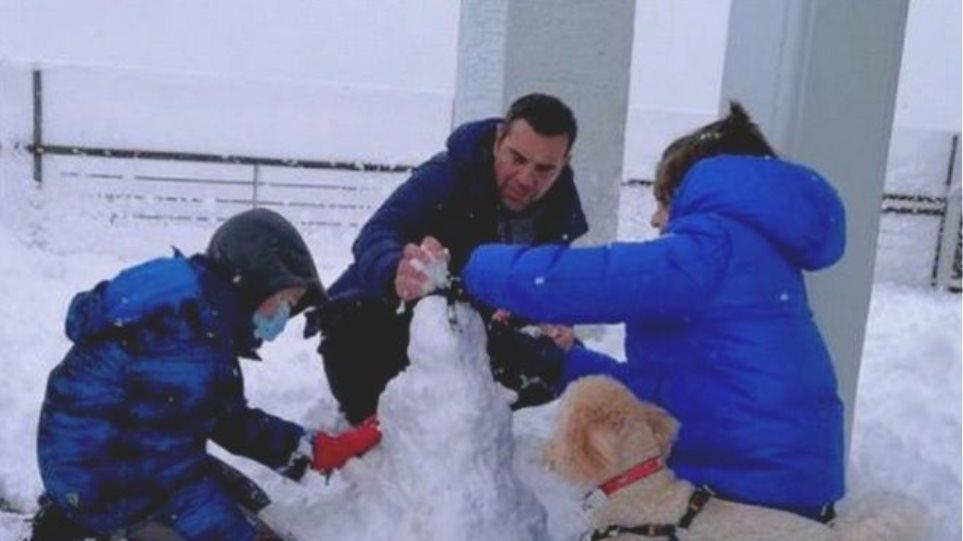 Τσίπρας: Παιχνίδι στα χιόνια με τους γιους του και τον σκύλο της οικογένειας
