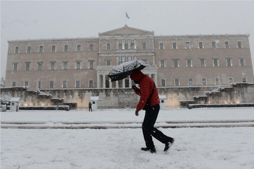 Χιόνια σε όλη την Αττική – Προβλήματα και διακοπές κυκλοφορίας – Συστάσεις για αποφυγή μετακινήσεων