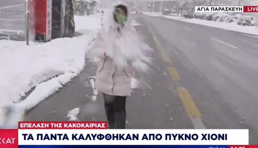 Κακοκαιρία Μήδεια: Πέταξαν χιονόμπαλες σε ρεπόρτερ την ώρα του live