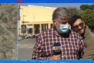 ΕΡΤ : Απίστευτο ευτράπελο – Περαστικός αγκάλιασε δημοσιογράφο on air (βίντεο)