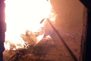 Έριξαν στην πυρά τα ναρκωτικά που κατάσχεσαν οι αστυνομικοί του Αγρινίου
