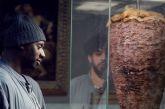 Το Netflix γιορτάζει την Τσικνοπέμπτη: Ο Lupin λαχταράει γύρο χοιρινό στο Λούβρο