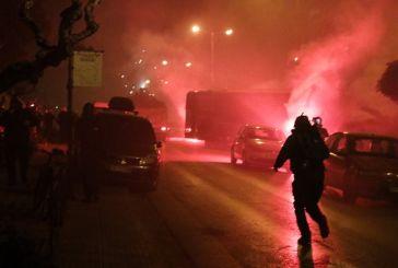 Πεδίο μάχης η Νέα Σμύρνη: Το χρονικό των βίαιων επεισοδίων – Σοβαρά τραυματίας αστυνομικός