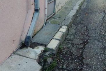 """""""Οδός Σωκράτους, πεζοδρόμιο πλάτους όσο ένα πλακάκι"""""""