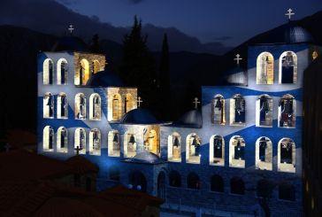 Η ελληνική σημαία φωτίζει το καμπαναριό του Τρικόρφου Φωκίδος