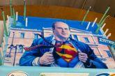 Η τούρτα του Χατζηδάκη: Ο υπουργός έχει γενέθλια και νιώθει Σούπερμαν