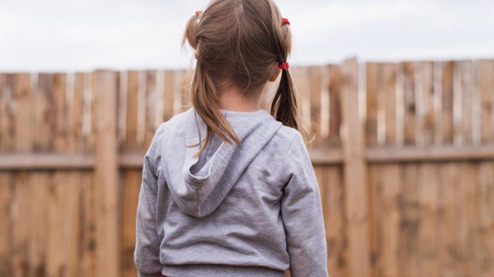 Aγρίνιο: η σκέψη όλων στο κοριτσάκι που έχασε και τους δυο του γονείς