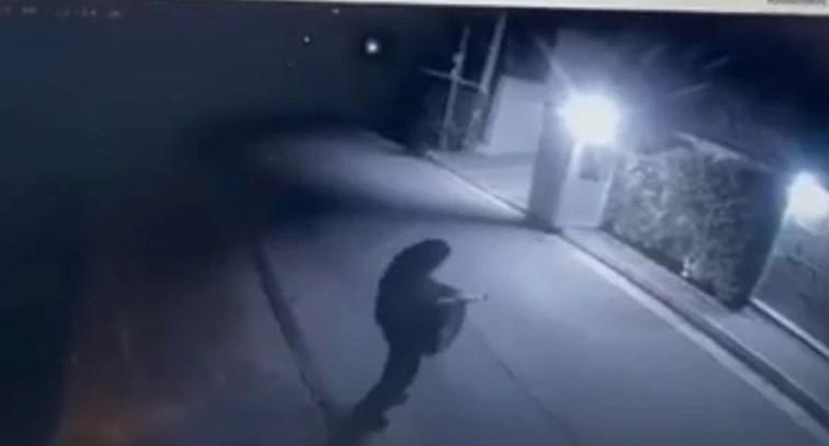Μένιος Φουρθιώτης: Η στιγμή που ο δράστης πυροβολεί με καλάσνικοφ έξω από το σπίτι