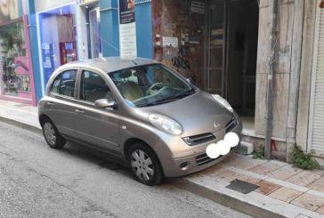 Αγρίνιο: φανταστικό παρκάρισμα στην είσοδο πολυκατοικίας!