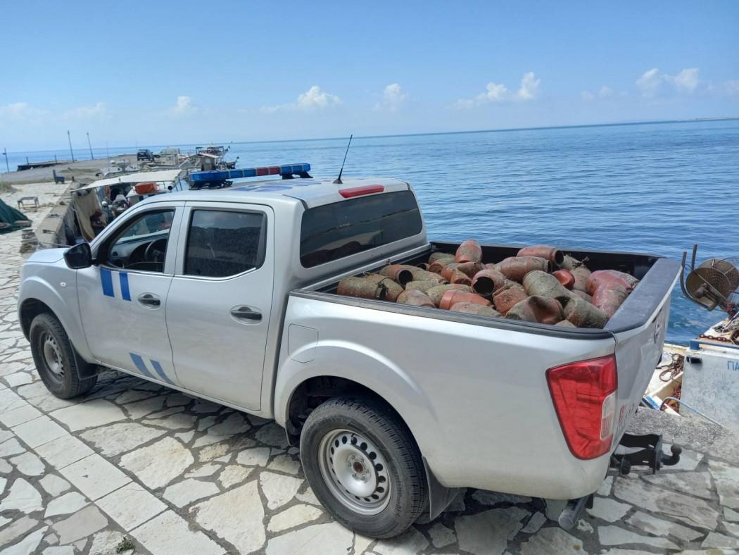 Παράνομες παγίδες για χταπόδια εντόπισε το Λιμενικό στο Κρυονέρι
