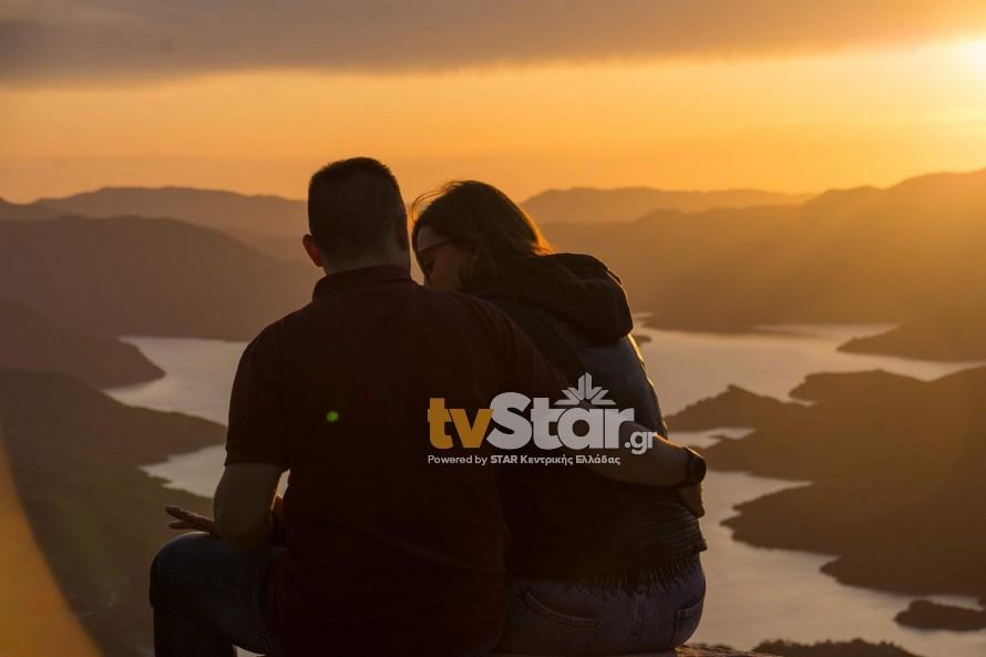 Πρόταση γάμου με φόντο τη λίμνη Κρεμαστών