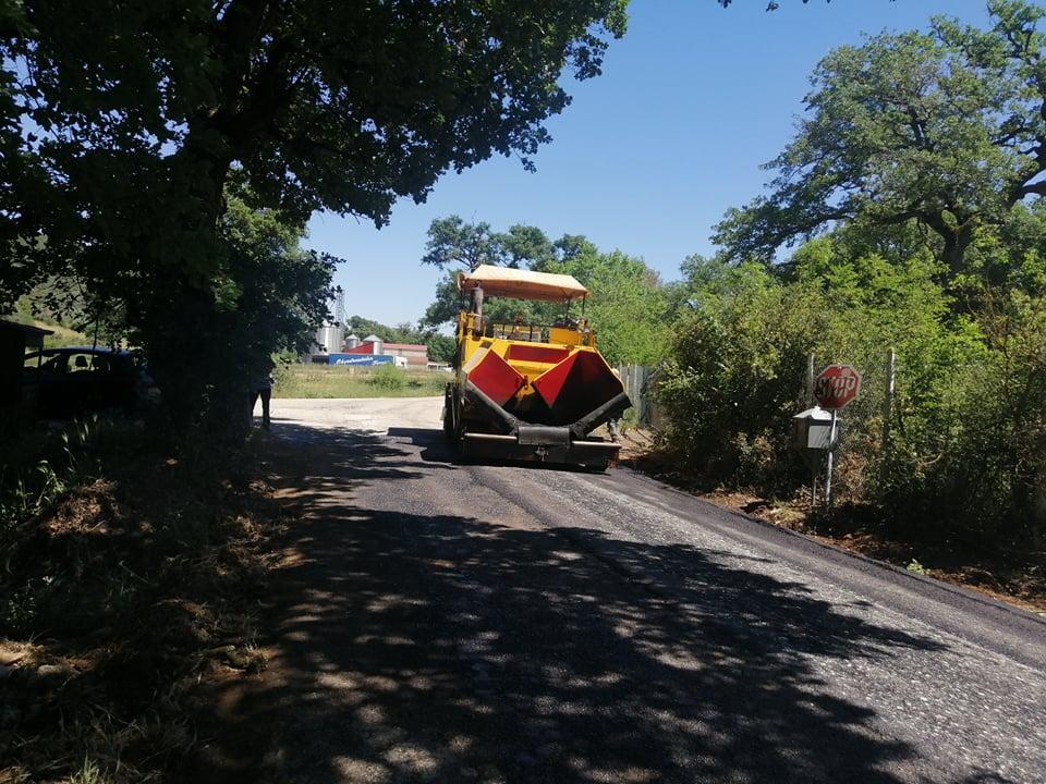 Ξηρόμερο: Ξεκίνησαν οι εργασίες ασφαλτόστρωσης στο δρόμο Τσαπουρνιά – Χρυσοβίτσα