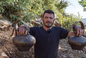 Κατασκευάζοντας κυπροκούδουνα  στον Ορεινό Βάλτο (βίντεο)