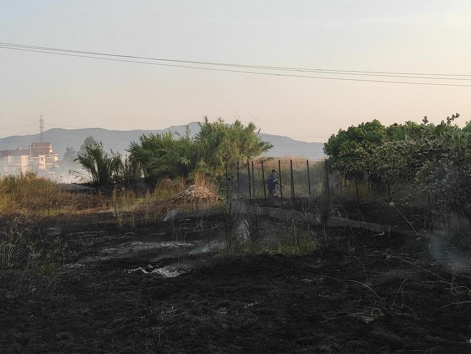 Aναστάτωση προκάλεσε φωτιά  σε κατοικημένη περιοχή στο Αγρίνιο