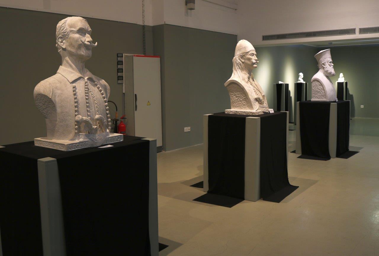 «Χοϊκοί και Αθάνατοι»: άνοιξε η έκθεση γλυπτών του Ευάγγελου Τύμπα στο Αγρίνιο (φωτο)