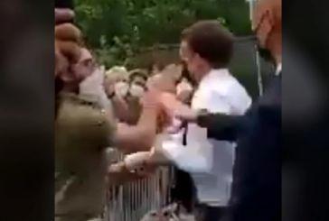 Άνδρας χαστούκισε τον Εμανουέλ Μακρόν μπροστά στις κάμερες