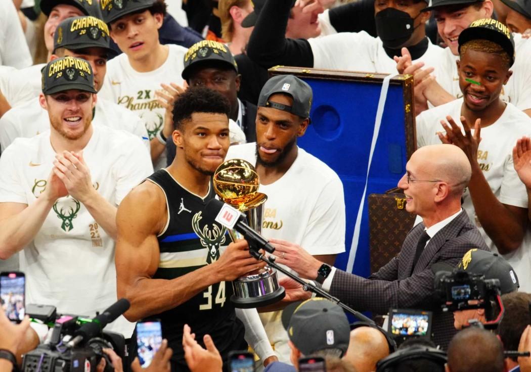 Ο Γιάννης Αντετοκούνμπο φέρνει το Κύπελλο του πρωταθλητή του NBA στην Ελλάδα