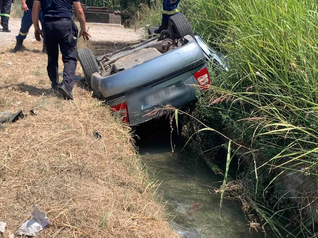 Ανατροπή οχήματος και πτώση σε αρδευτικό αυλάκι στα Καλύβια- είχαν «Άγιο» οι επιβάτες (φωτό)