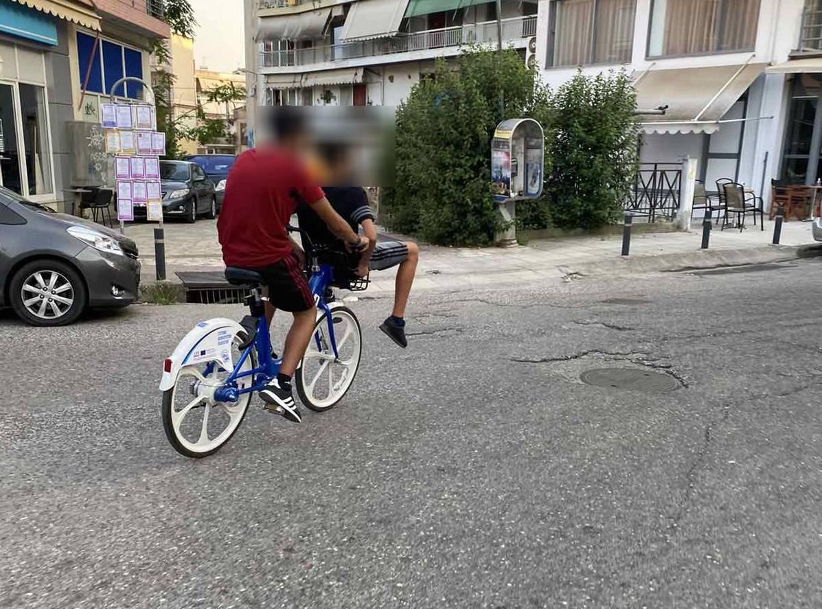 Αγρίνιο: Δικάβαλο κι ο ένας στο καλαθάκι πάνω στο ηλεκτρικό ποδήλατο!