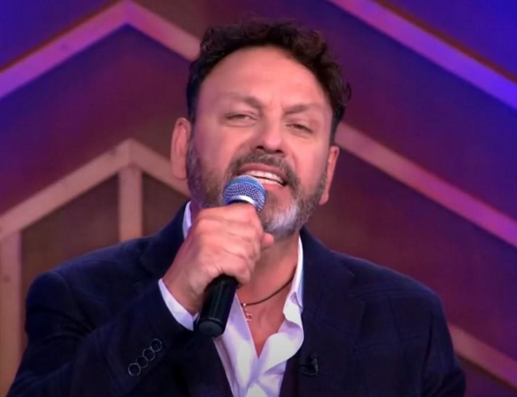 Με κορωνοϊό νοσηλεύεται ο τραγουδιστής Στάθης Αγγελόπουλος – Κατά του εμβολίου η οικογένεια του