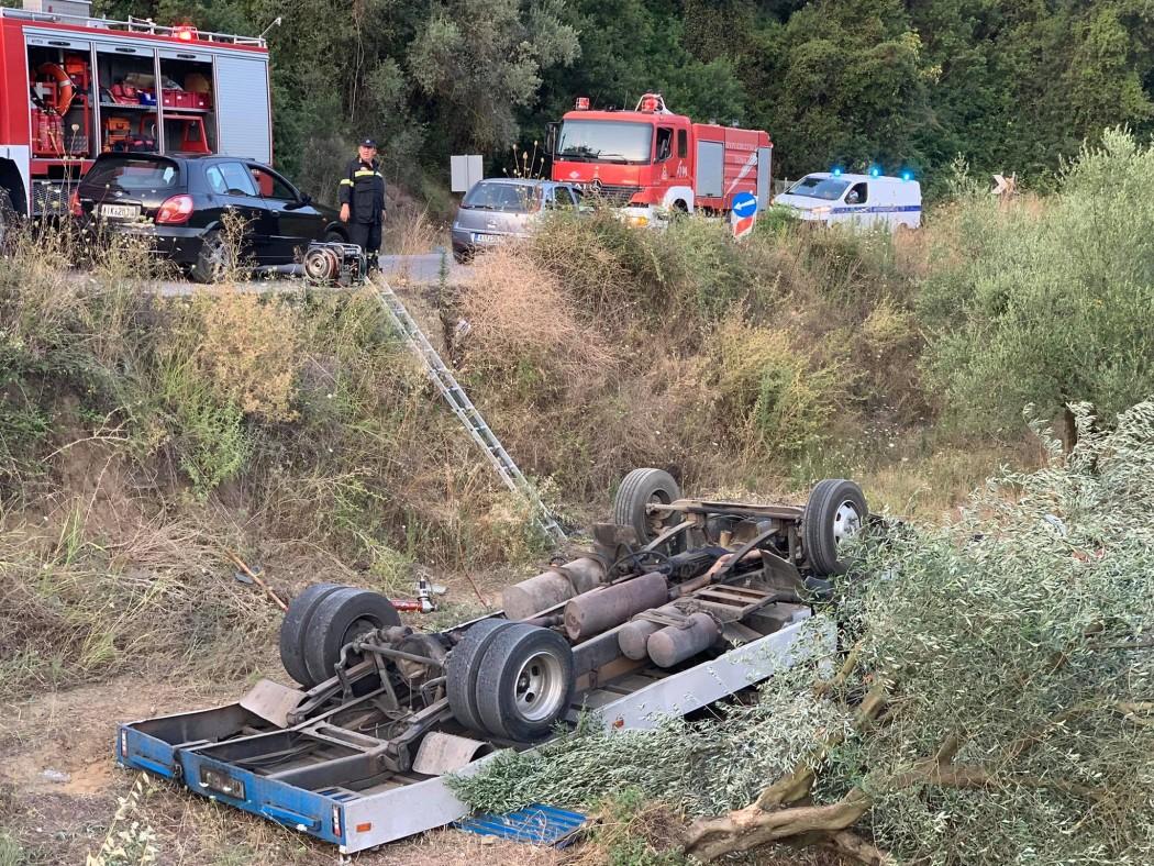 Ανατροπή φορτηγού στην Αγρινίου-Καρπενησίου,  ανησυχία για τον οδηγό