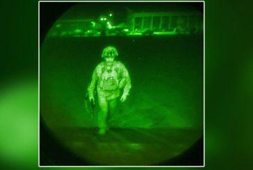 Ιστορική φωτογραφία: Ο Αμερικανός αξιωματικός που έφυγε τελευταίος από το Αφγανιστάν