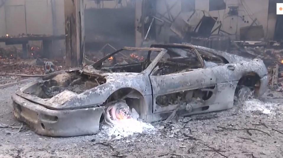 Κατακαίει τα πάντα στο πέρασμά της η φωτιά- Καμένα σπίτια και πολυτελή αυτοκίνητα στη Βαρυμπόμπη