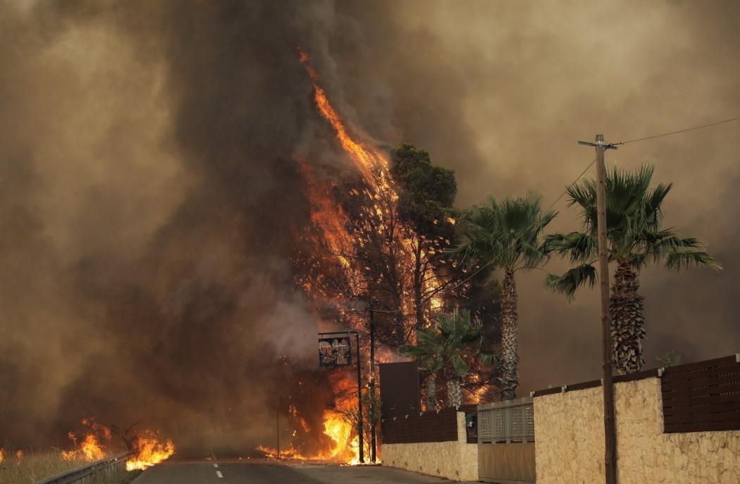 Φωτιά στη Βαρυμπόμπη: Εγκλωβίστηκαν πολίτες στους Θρακομακεδόνες