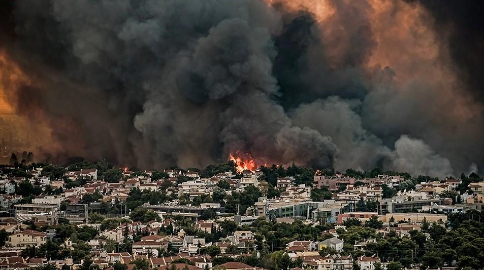 Σε Θρακομακεδόνες, Τατόι και Ολυμπιακό Χωριό μαίνεται ανεξέλεγκτη η φωτιά στην Αττική