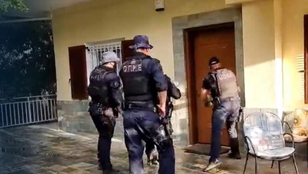 Φωτιά στη Βαρυμπόμπη: Απομακρύνθηκαν και οι τελευταίοι εγκλωβισμένοι- Ψάχνουν πόρτα- πόρτα τα σπίτια