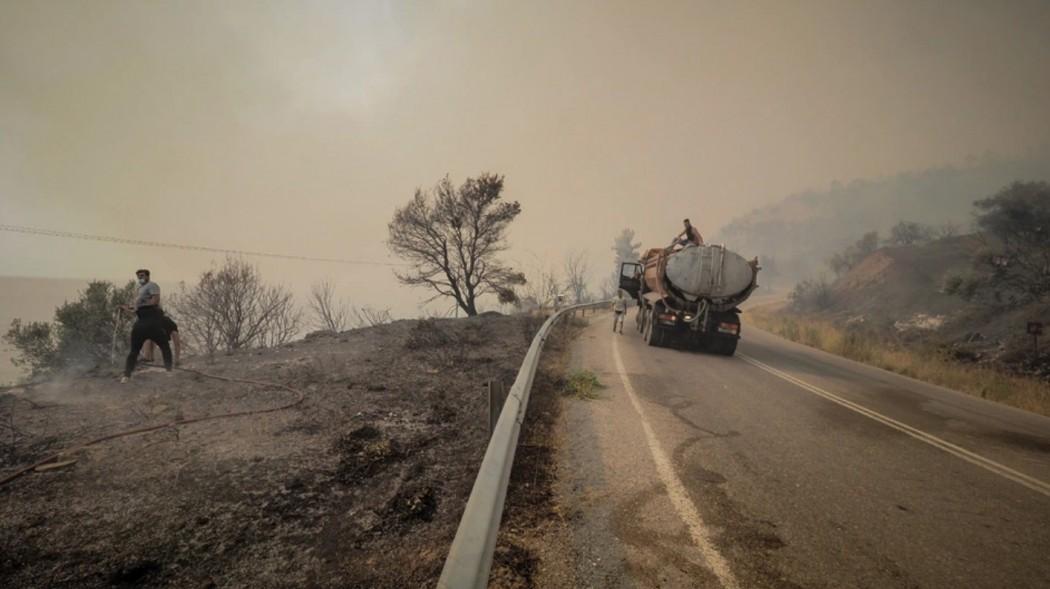 Φωτιά στην Ευβοια: Εκκενώθηκαν τρία χωριά, μαίνεται ανεξέλεγκτη η πυρκαγιά