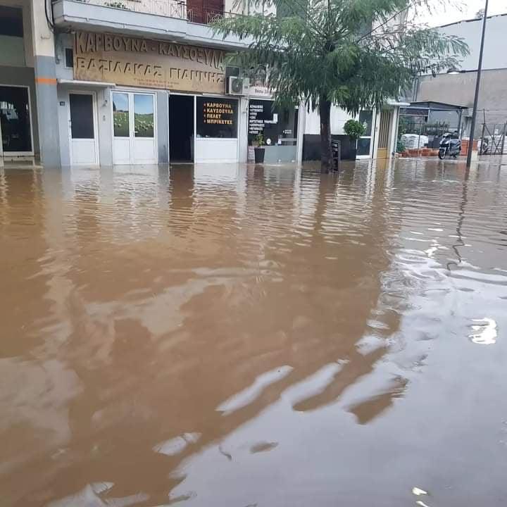 Αγρίνιο: «ποτάμι» στη Χαριλάου Τρικούπη, ζημιές σε επιχειρήσεις