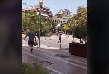 Αγρίνιο: Δύο το μεσημέρι στην πλατεία με καύσωνα και τρέχοντας  με μια σημαία!