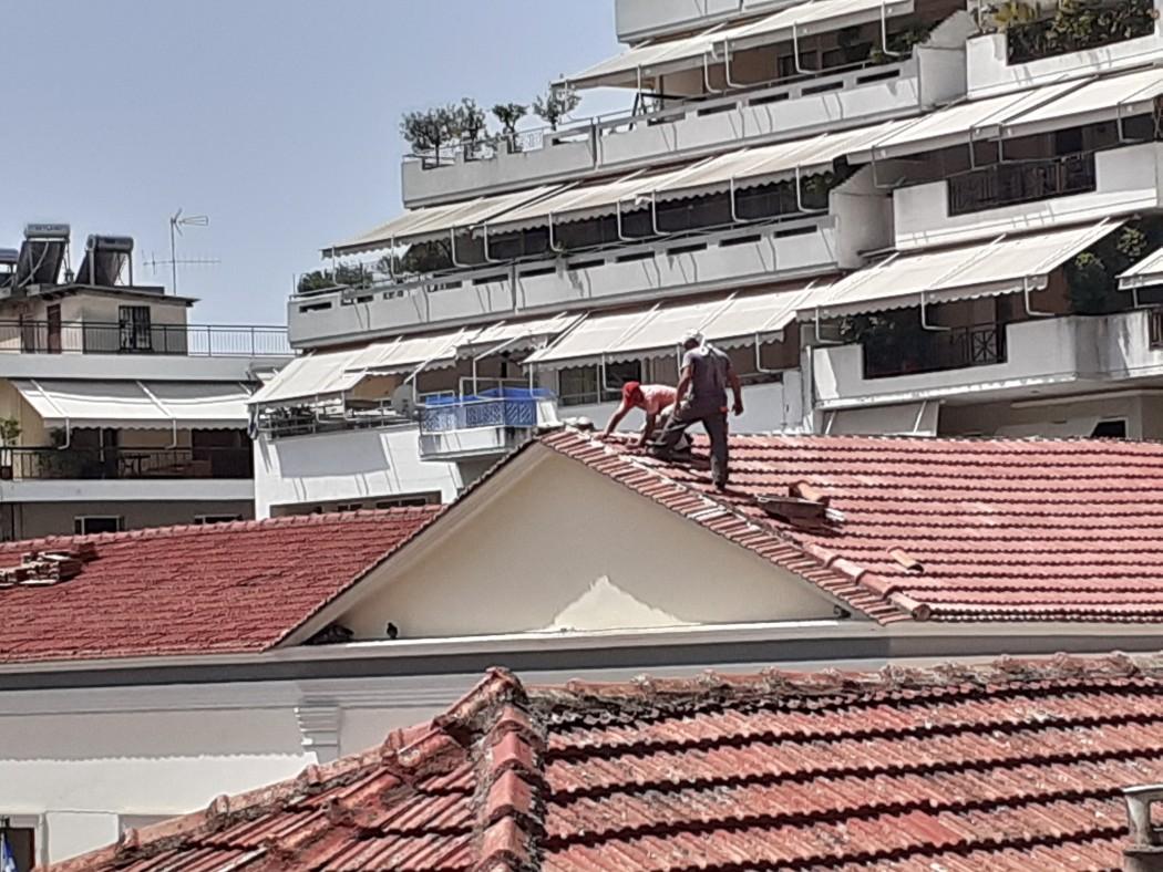 Αγρίνιο: Δουλεύοντας στους 43 βαθμούς στην σκεπή!