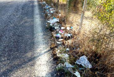 Tροχός Αγρινίου: σκουπίδια στον επαρχιακό δρόμο, χωματόδρομος ο δημοτικός δρόμος