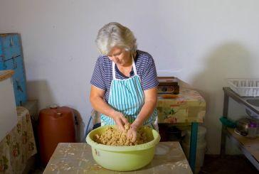 Η ζωή στο χωριό: Φτιάχνοντας παραδοσιακό τραχανά (βίντεο)