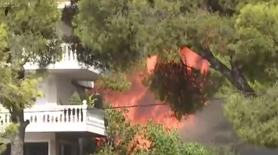Καίγονται σπίτια σε Βαρυμπόμπη και Αδάμες – Απομακρύνθηκαν οι κάτοικοι