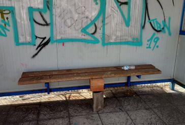 Αγρίνιο: Δυνατή πατέντα με… τούβλα και κούτσουρο σε στάση λεωφορείων!