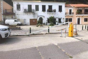 Ασυνείδητοι κατέστρεψαν για πολλοστή φορά τις μπάρες στην παραλιακή της Βόνιτσας